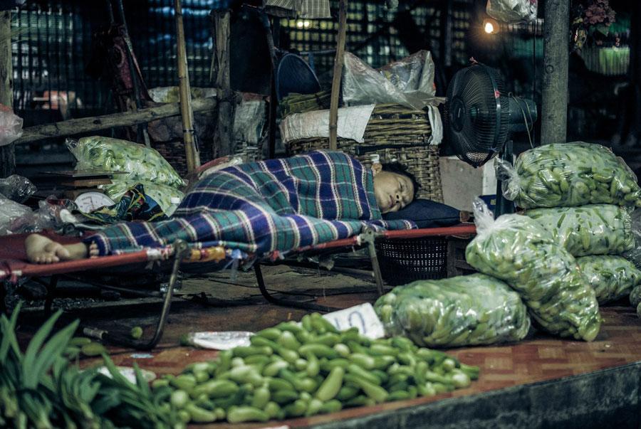 Schlafende Marktfrau